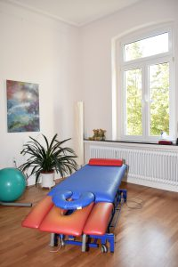 Blau-rote Massageliege für die manuelle Therapie